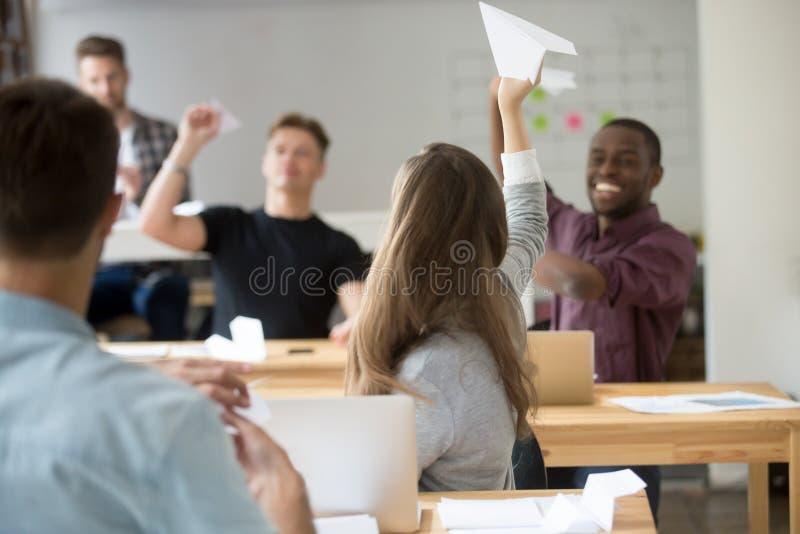 Startende Papierflächen des glücklichen multiethnischen Geschäftsteams im cowor stockfoto