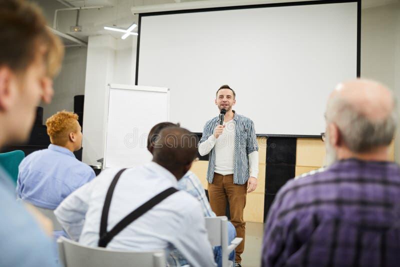 Startentreprenör som framlägger hans projekt på konferensen arkivbilder