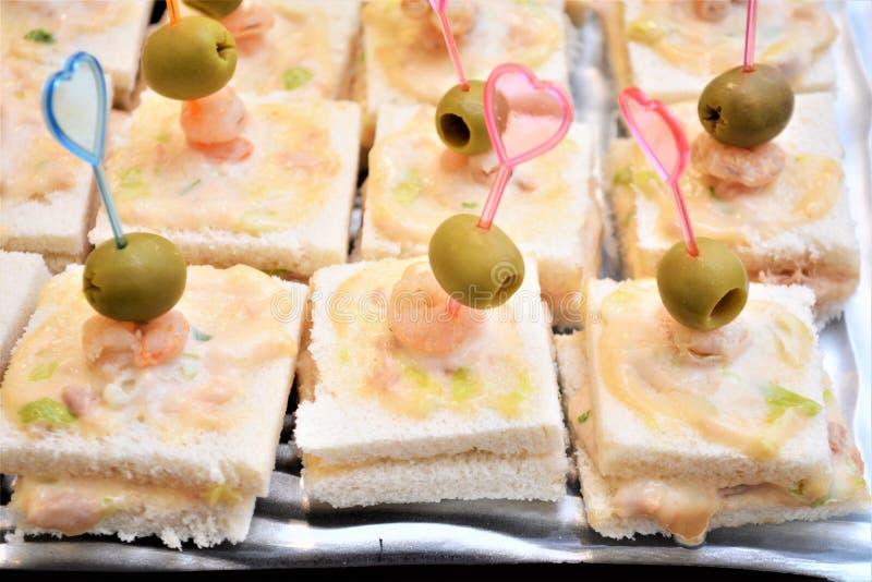 Starternahrungcanape mit Thunfisch-Mayonnaisengarnelen Oliva-Aperitifnahrungsmittelfeinschmecker stockbilder