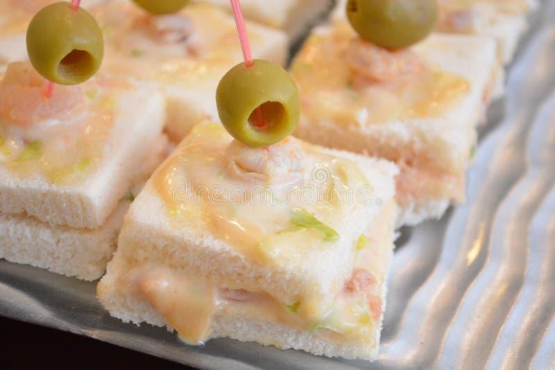 Starteru karmowy canape z tuńczyk ryby garneli Oliva zakąski jedzenia majonezowym smakoszem zdjęcia royalty free