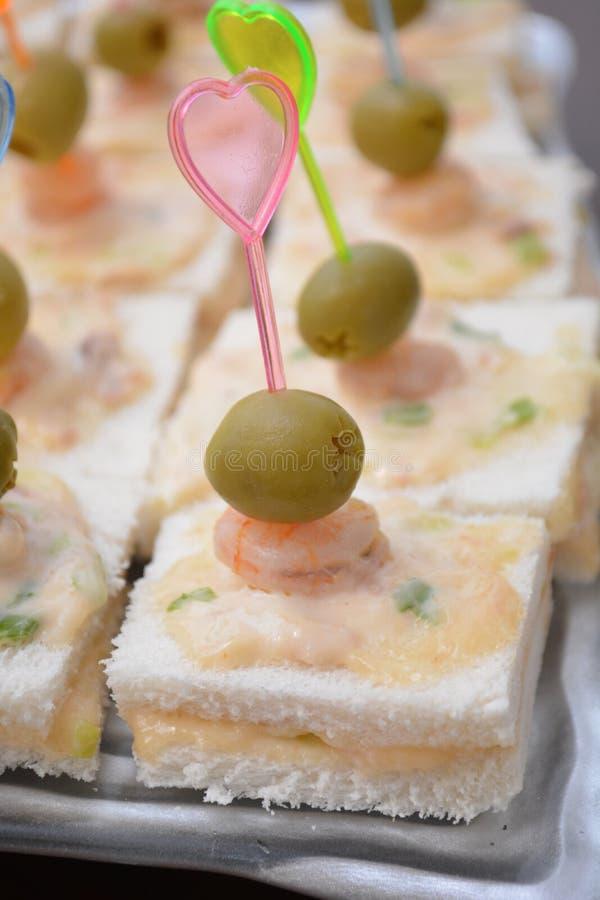 Starteru karmowy canape z tuńczyk ryby garneli Oliva zakąski jedzenia majonezowym smakoszem fotografia stock