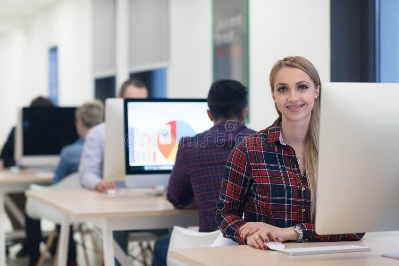 Startgeschäft, Frau, die an Tischrechner arbeitet lizenzfreie stockbilder