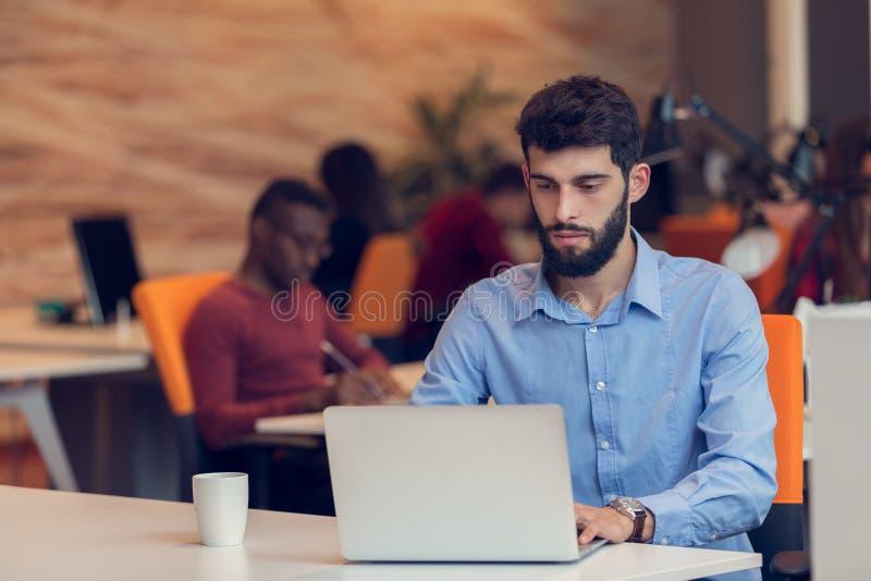 Startgeschäft, Softwareentwickler, der an Computer im modernen Büro arbeitet stockbild