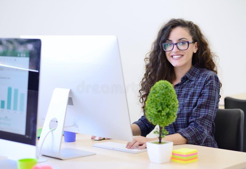 Startgeschäft, Softwareentwickler, der an Computer im modernen Büro arbeitet stockfotografie