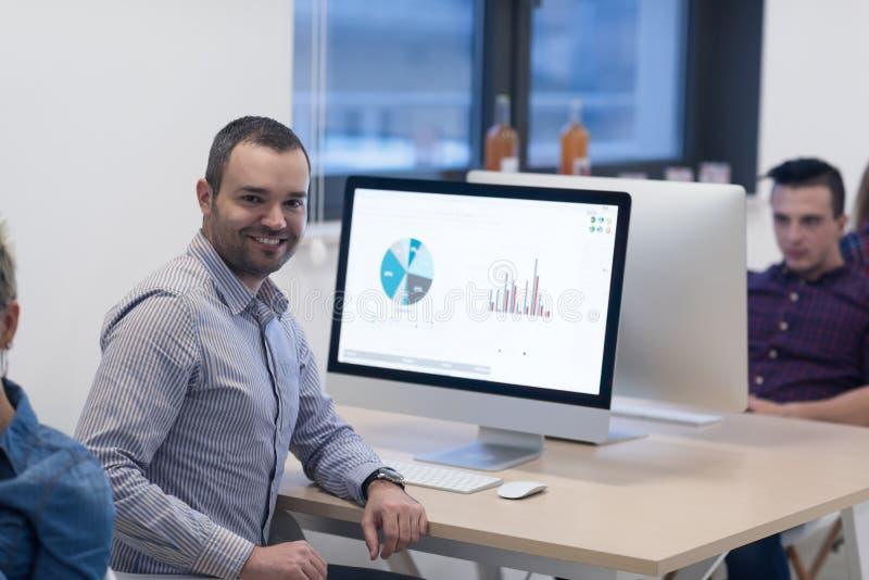 Startgeschäft, Softwareentwickler, der an Tischrechner arbeitet lizenzfreies stockfoto