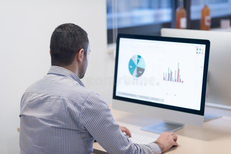 Startgeschäft, Softwareentwickler, der an Tischrechner arbeitet stockbilder