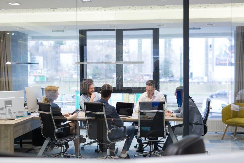 Startgeschäft Team At eine Sitzung am modernen Bürogebäude stockfotos