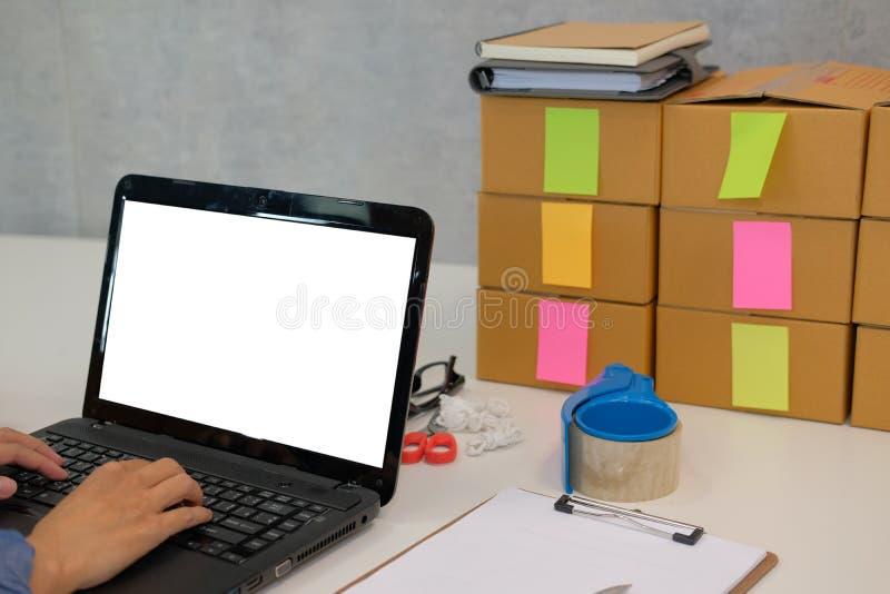 Startgeschäftseigentümer, der mit Computer am Arbeitsplatz arbeitet Mann s lizenzfreie stockfotos