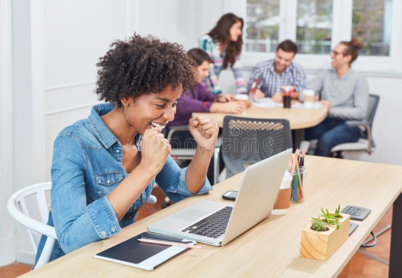Startgeschäftsfrau in coworking Büro ist glücklich lizenzfreie stockfotos