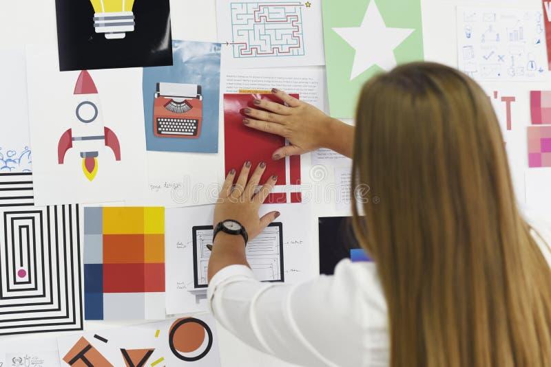 Startgeschäftsleute, die auf Strategie-Brett-Informations-Th schauen stockbilder
