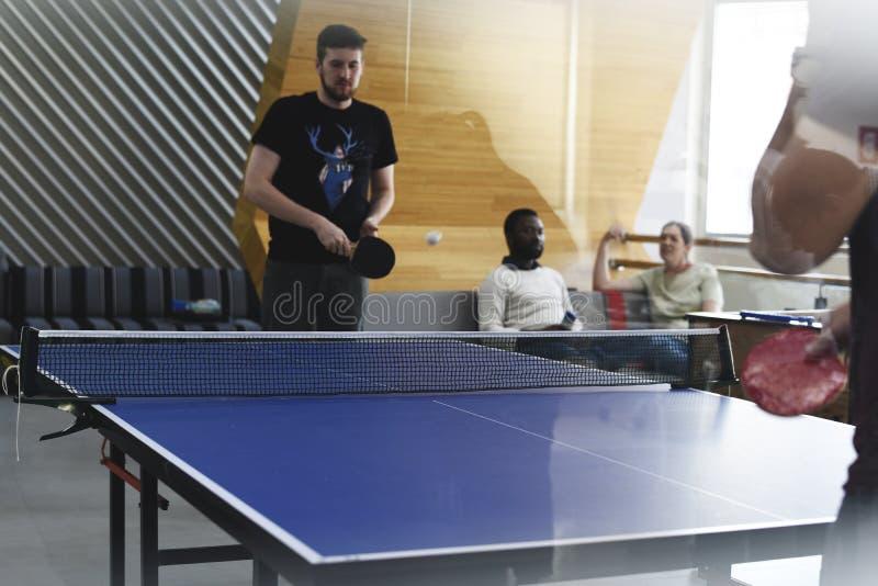 Startgeschäftsleute, die zusammen Tischtennis während Bre spielen lizenzfreie stockfotos