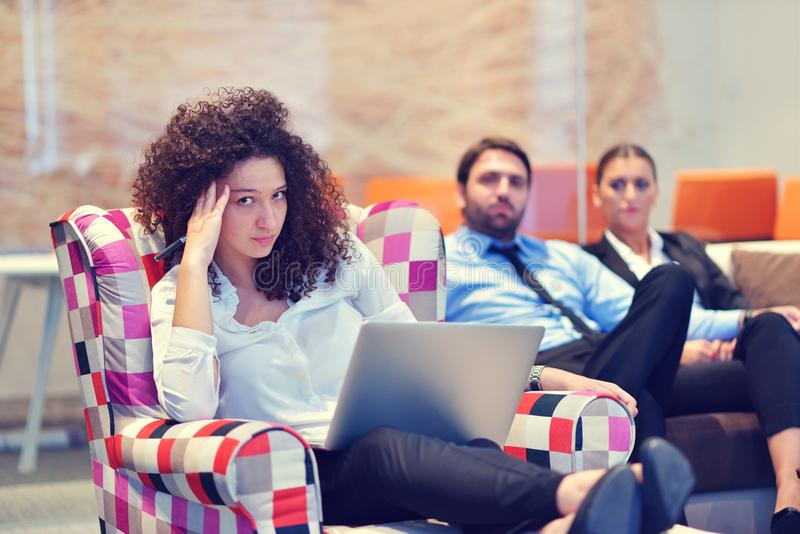 Startgeschäftsleute gruppieren arbeitenden täglichen Job an modernem weg lizenzfreies stockfoto