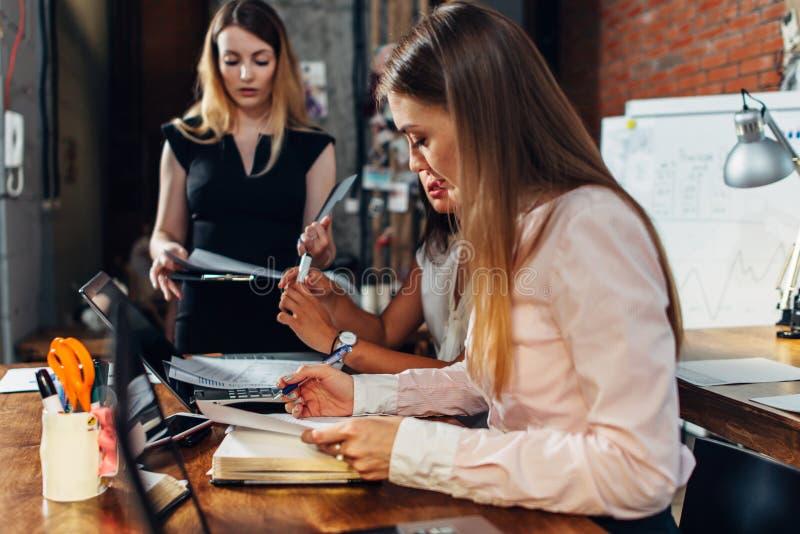 Startgeschäftsteambrainstorming, unter Verwendung des Laptops, der die Dokumente zusammenarbeiten im Büro liest lizenzfreie stockfotografie
