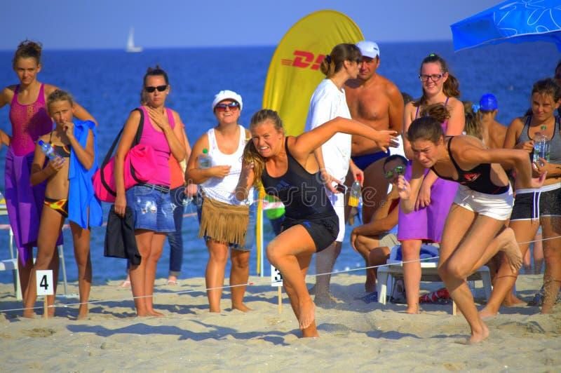 Startkörning för två flickor på stranden royaltyfria foton