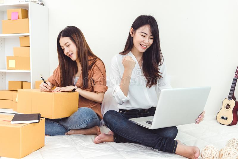 Startkleinbetriebunternehmer SME-Lagerhaus der jungen Asiatin mit Paketbriefkasten InhaberInnenministeriumkonzept stockfotos