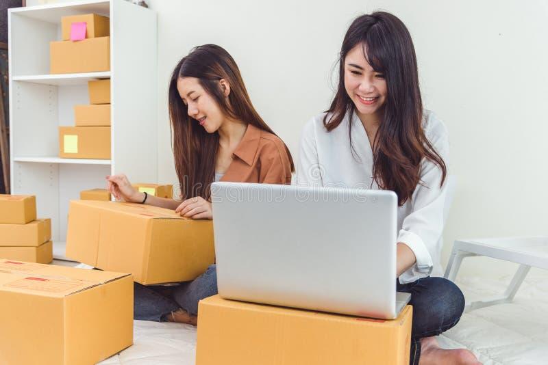 Startkleinbetriebunternehmer SME-Lagerhaus der jungen Asiatin mit Paketbriefkasten InhaberInnenministeriumkonzept stockbilder