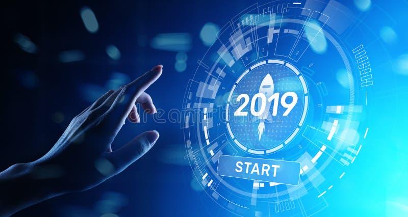 Startknopf 2019 des neuen Jahres auf Hologramm des virtuellen Schirmes Finanzwachstum und neue Perspektive im Gesch?ft und im Leb stockbilder