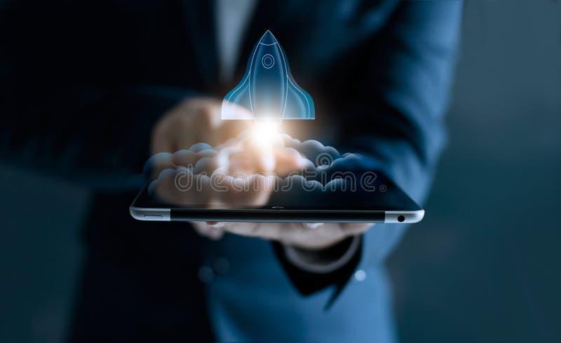 Startkonzept, transparentes Raketenfliegen aus Tablettenschirm heraus stockbilder