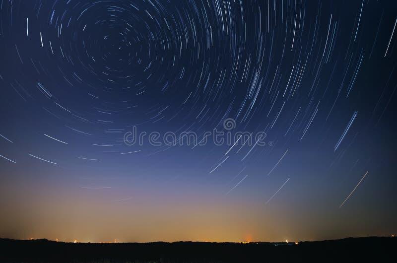 Startrail krajobraz chodzenie gwiazdy w nocnym niebie obraz royalty free