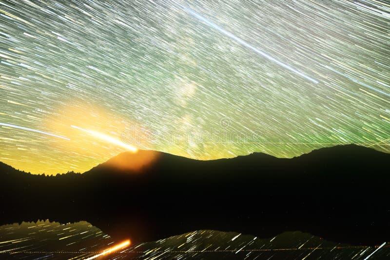 Startrails nad wysokogórskim jeziorem fotografia royalty free