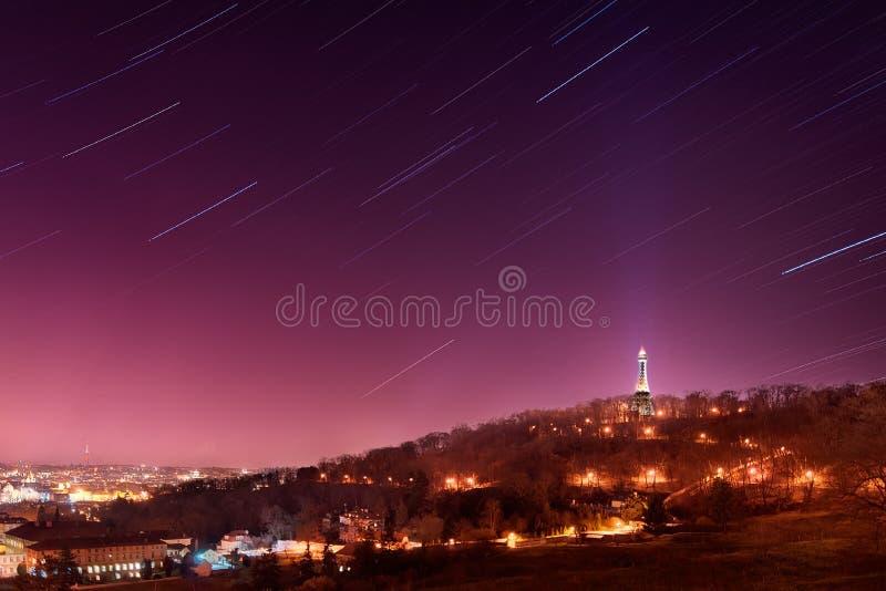 Startrails sopra Praga Torre di Petrin, repubblica Ceca fotografie stock libere da diritti