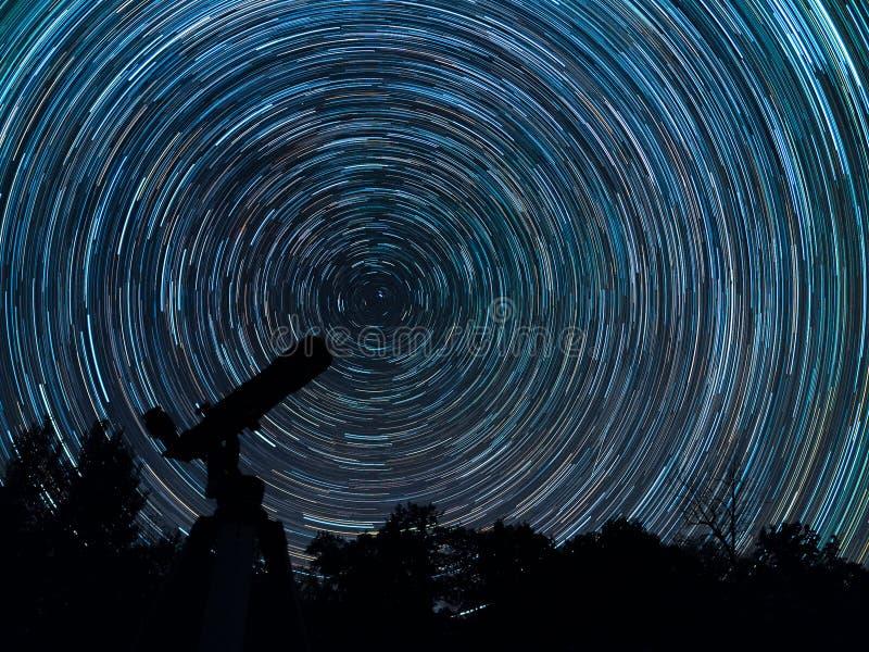 Startrails unserer Galaxie lizenzfreie stockfotos