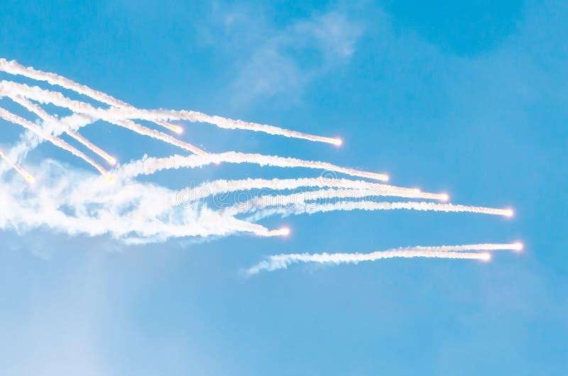 Startraketen vom Boden und vom Burning im Himmel lizenzfreies stockbild