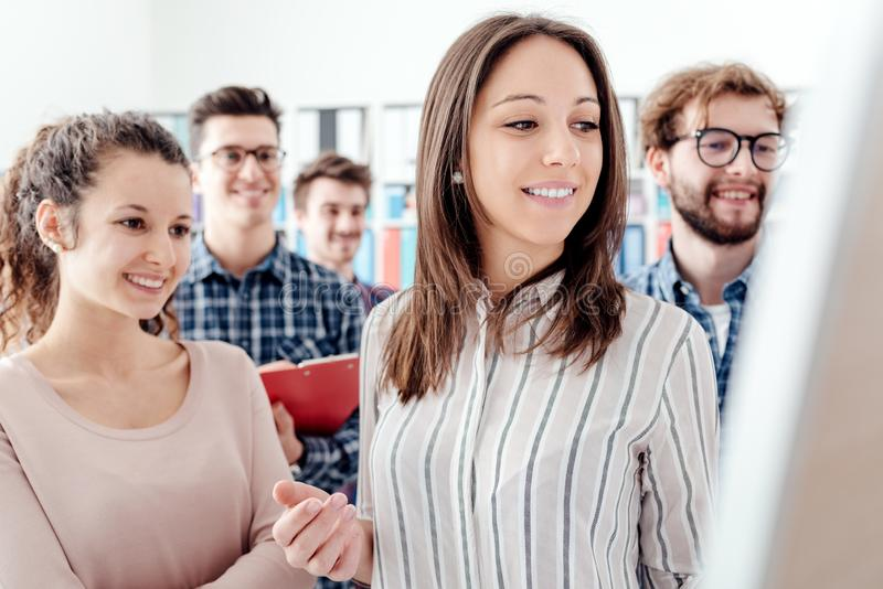 Starts und junge Geschäftsteams lizenzfreie stockfotos