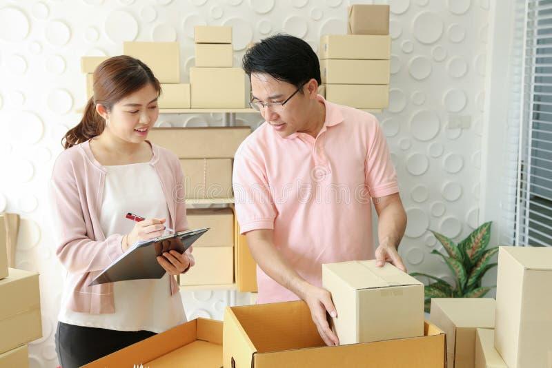 Startsmå och medelstora företagägare hemma frilans- parsäljare arkivfoton