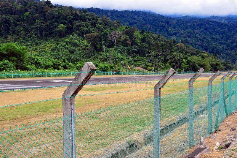 Startstreifen mitten in dem Dschungel stockfoto