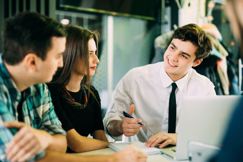 Startteamwork-Sitzung- über Brainstormingkonzept Leute-Arbeitsplanung beginnen oben Junge Leute Explaning und Diskussion der Grup stockbilder