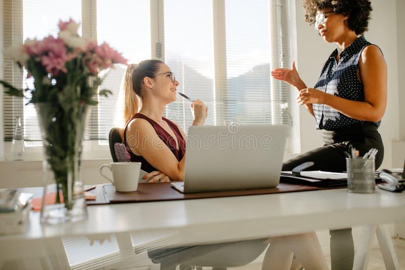 Startteilhaber, die Arbeit im Büro besprechen lizenzfreies stockfoto