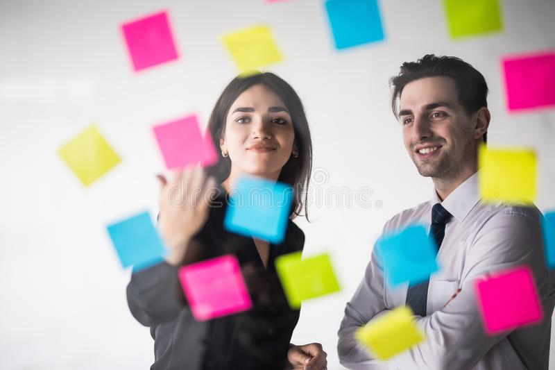 Startup бизнесмены собирают работая ежедневную работу на современный офис Офис техника, компания техника, запуск техника, команда стоковые фотографии rf