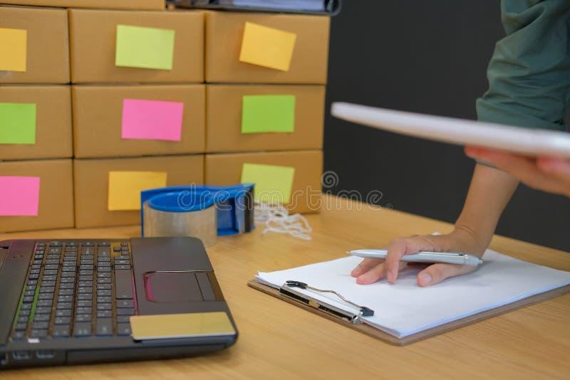 startup владелец бизнеса работая с таблеткой на рабочем месте sel человека стоковое изображение