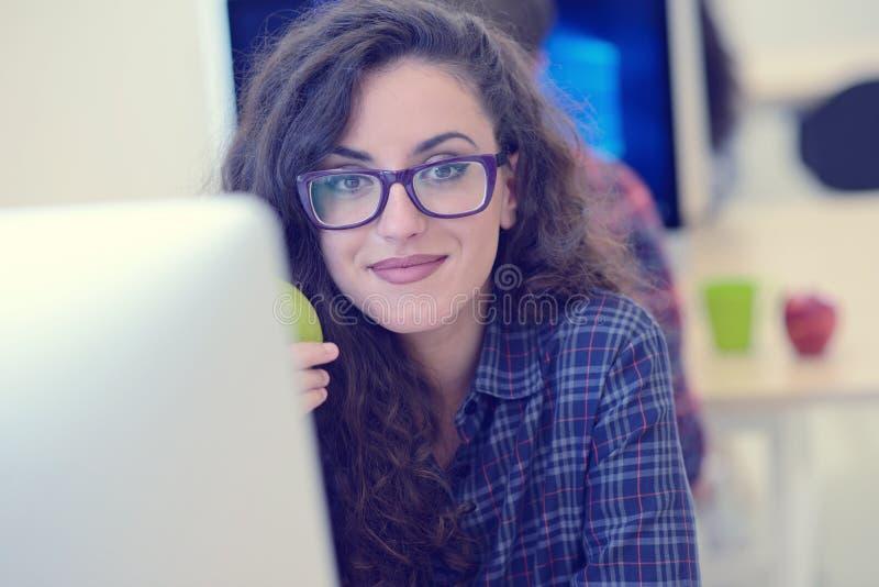 Startup дело, разработчик программного обеспечения работая на компьютере на современном офисе стоковое фото rf