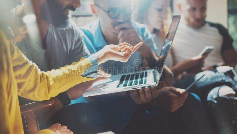 Startup концепция встречи метода мозгового штурма сыгранности разнообразия Сотрудник команды дела анализирует процесс компьтер-кн стоковое фото rf