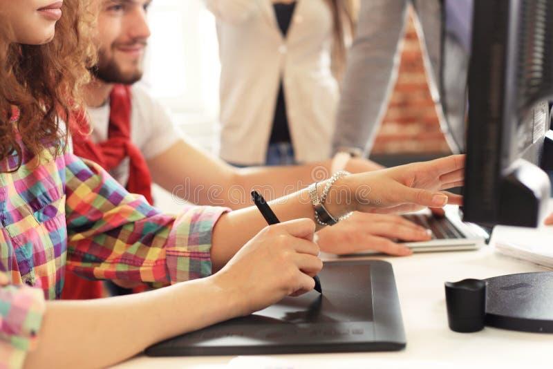 Startup концепция встречи метода мозгового штурма сыгранности разнообразия Сотрудники команды дела деля документ отчете о мировой стоковое изображение rf