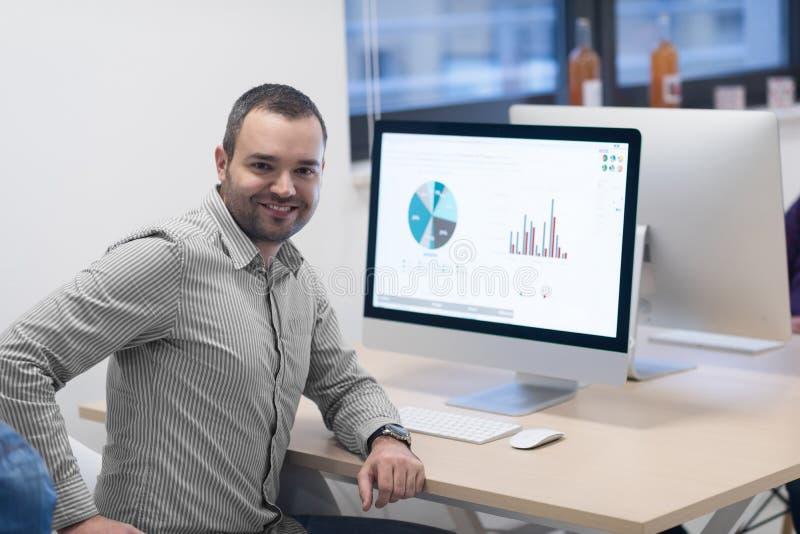 Startup affär, programvarubärare som arbetar på datoren arkivbilder