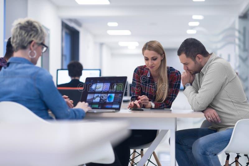 Startup affärslag på möte på det moderna kontoret royaltyfri fotografi