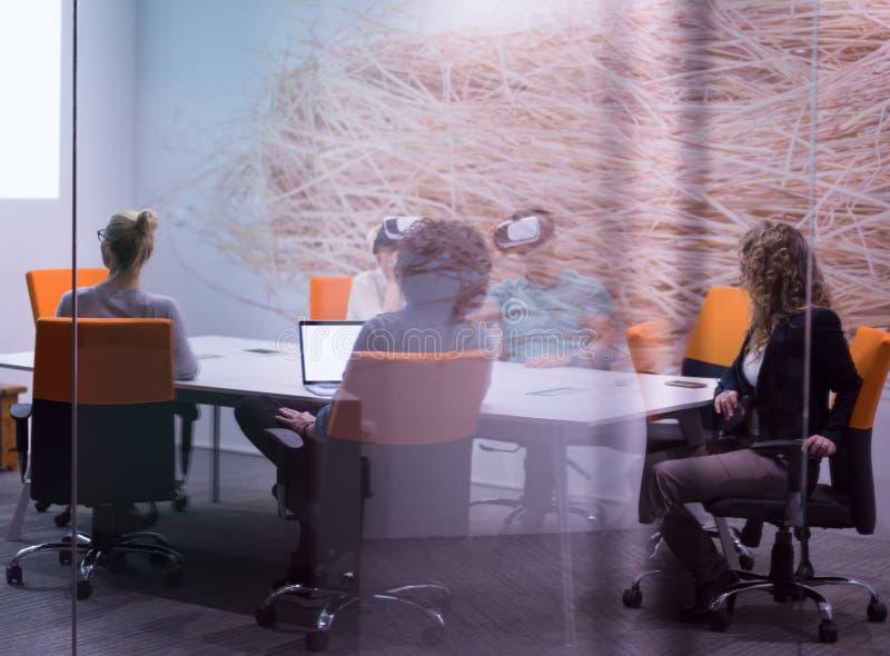 Startup affärslag som använder virtuell verklighethörlurar med mikrofon royaltyfri fotografi