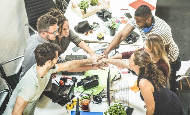 Startup arbetargrupp för ung anställd som staplar händer på den stads- stuen arkivbilder