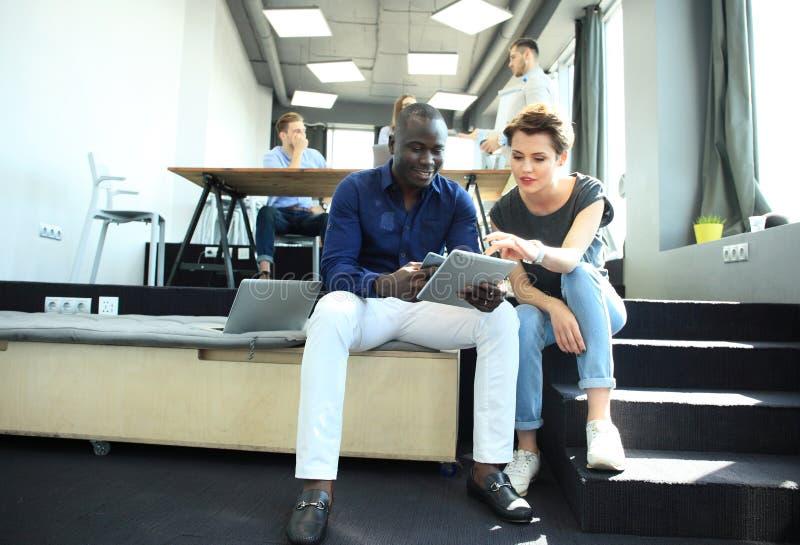 Startup begrepp för möte för mångfaldteamworkidékläckning AffärsTeam Coworkers Analyze Finance Report bärbar dator folk royaltyfria bilder
