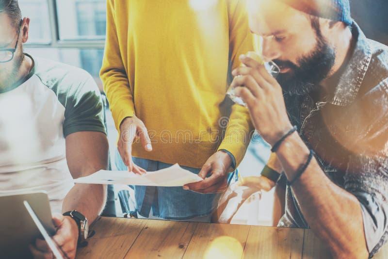 Startup begrepp för möte för mångfaldteamworkidékläckning Dokument för affärsTeam Coworkers Analyze Global Economy rapport arkivbilder