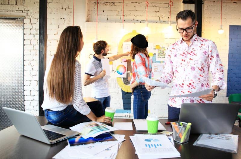 Startup begrepp för möte för mångfaldteamworkidékläckning Dokument för affärsTeam Coworkers Sharing World Economy rapport arkivfoto