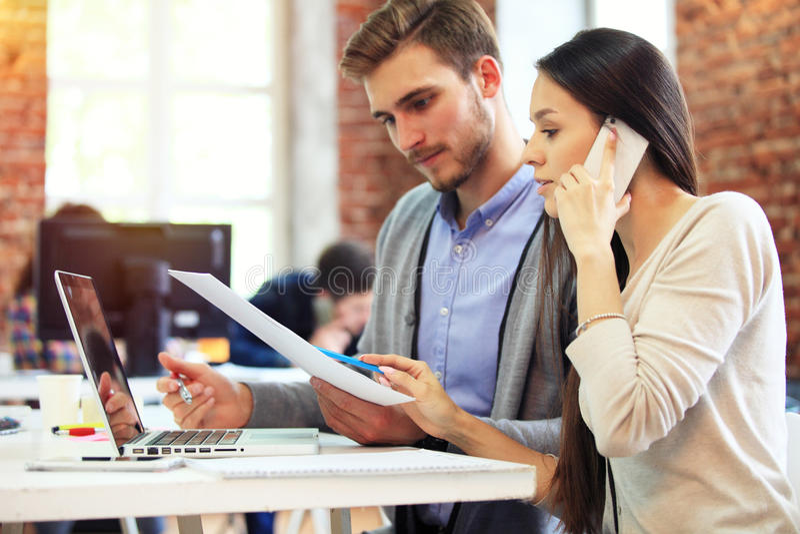 Startup begrepp för möte för mångfaldteamworkidékläckning Dokument för affärsTeam Coworkers Sharing World Economy rapport arkivfoton