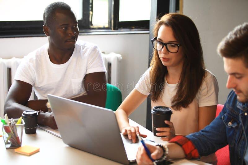 Startup begrepp för möte för mångfaldteamworkidékläckning Dokument för affärsTeam Coworkers Sharing World Economy rapport royaltyfria foton