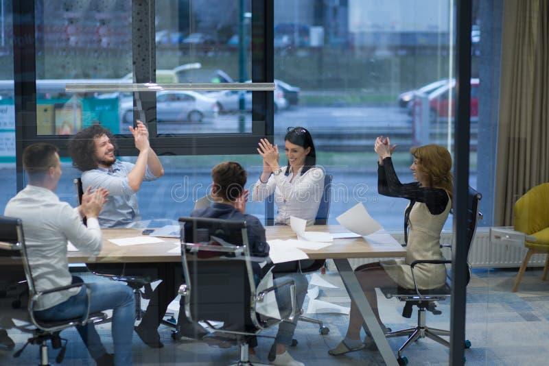 Startup grupp av ungt affärsfolk som firar framgång arkivbilder