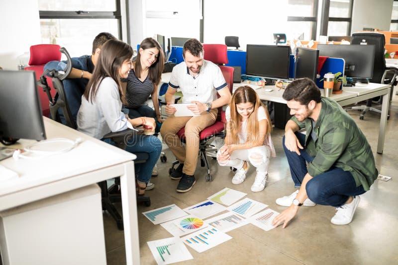 Startup lag som planerar ny affärsstrategi royaltyfria bilder