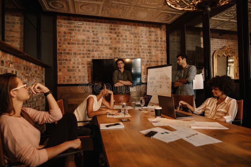 Startup lagarbete och planläggning i mötet royaltyfri fotografi