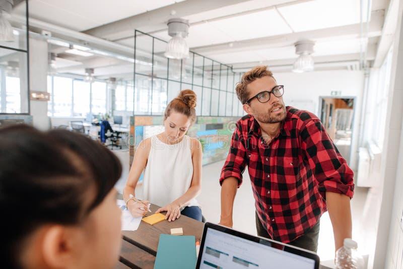 Startup ledare som möter runt om en tabell arkivfoton